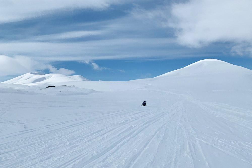 Наш брошенный снегоход стоит в ожидании помощи. На километры вокруг — никого. Кроме, возможно, медведей