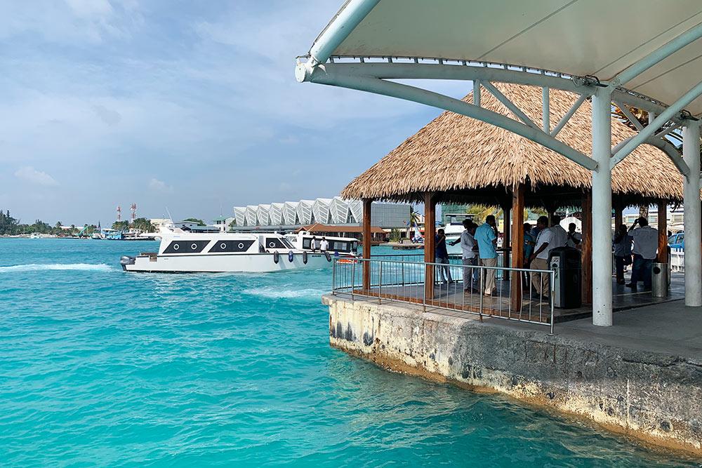 Пирс рядом с аэропортом Велана на Мальдивах, куда приплывают лодки, чтобы отвезти вас на остров