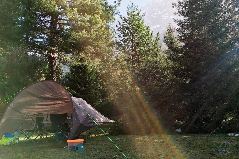 Поставили палатку недалеко от гор