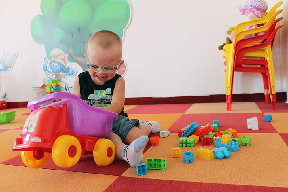 Те малыши, кто соскучился по игрушкам, бесплатно играют в крытой игровой комнате. Здесь есть машинки, конструкторы, лошадки-качалки и игры для развития моторики