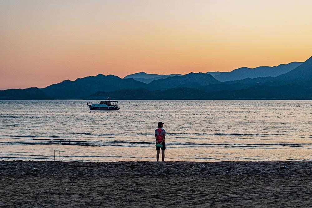 Пляж рядом с кемпингом оказался пустым, там никто не загорал и были только клетки, защищавшие черепашьи гнезда. А купались мы в безлюдных бухтах