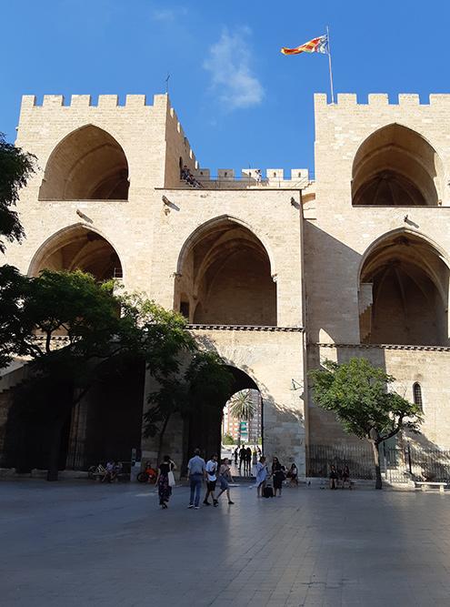 Крепостные ворота Торрес-де-Серранос — одна из главных достопримечательностей Валенсии