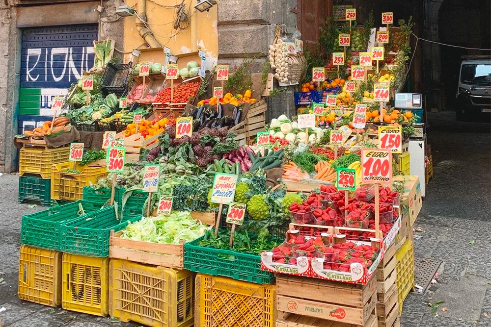 Уличная лавка с фруктами и овощами