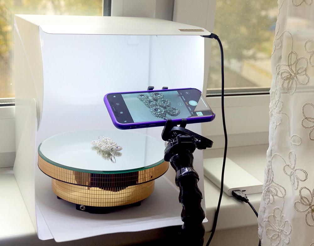 Фотографии для Инстаграма Алина делает в домашних условиях при помощи лайтбокса, который заказала на «Алиэкспрессе» за 450 рублей