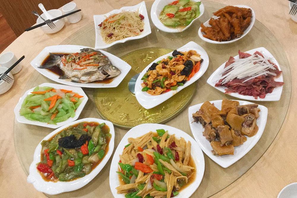 Обед на 5 человек. Это типичная китайская еда, я ела так каждый день в течение трех недель работы