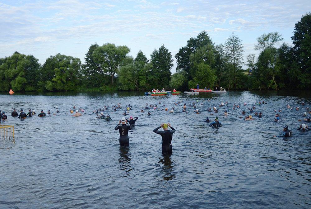 Перед стартом плавательного этапа. Всего нас было около 300 человек. Многие спортсмены все равно надели гидрокостюмы, чтобы плыть быстрее