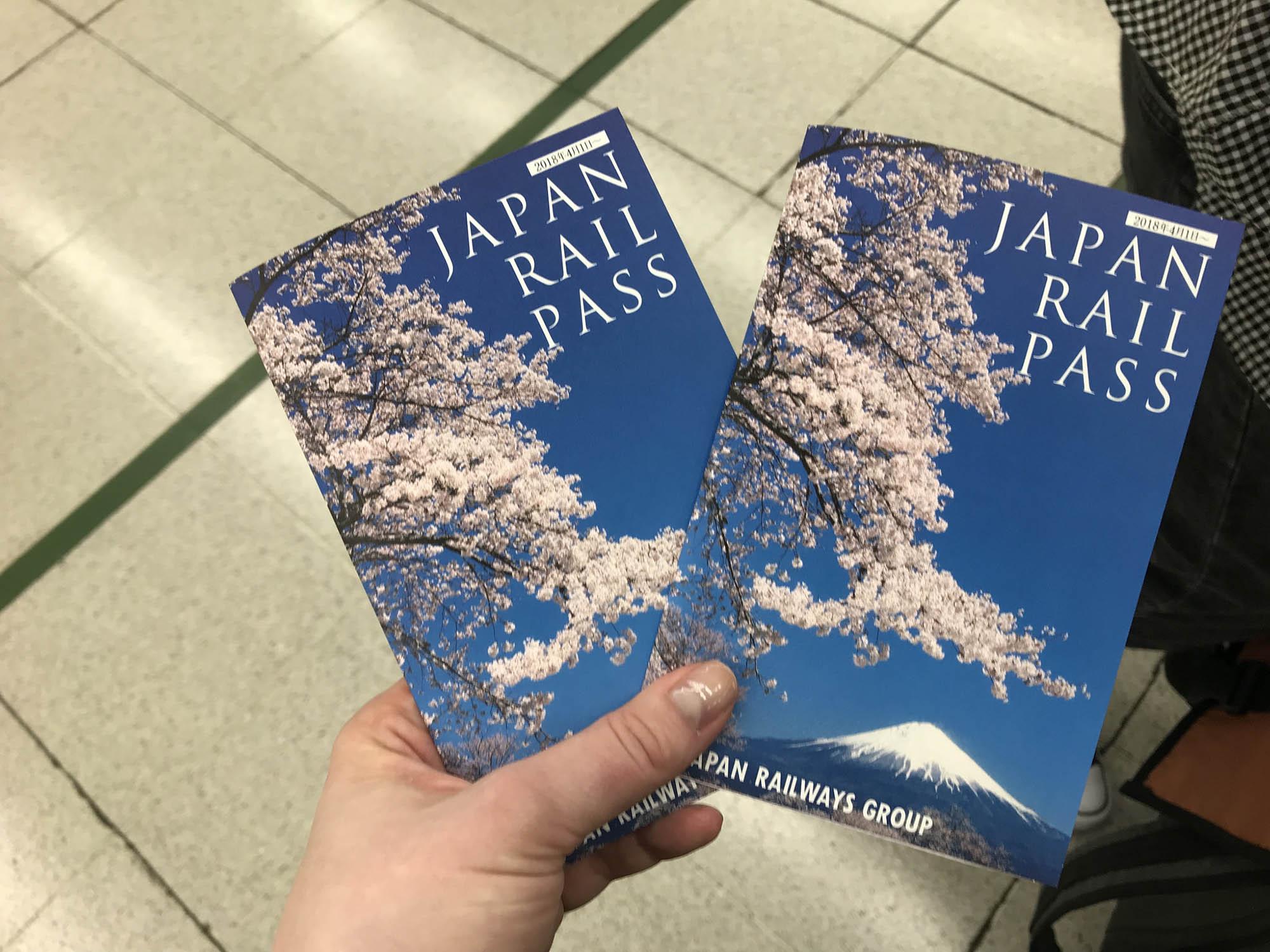 Так выглядит «Джей-ар-пасс» — это красивая брошюра с сакурой и Фудзиямой