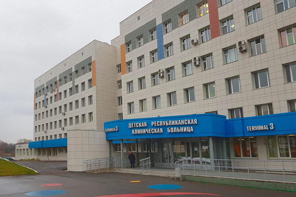 За последние несколько лет в городе отремонтировали многие медицинские учреждения, например детскую больницу. Но в некоторых районах все равно еще остались поликлиники, где падает штукатурка, а в стенах дыры