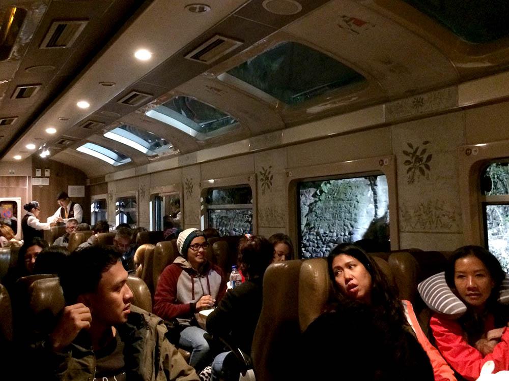 Я ездила на поезде Expedition из Ольянтайтамбо в Агуас-Кальентес и обратно. Билеты были включены в двухдневный тур в Мачу-Пикчу. Ехать около 2 часов. В дороге мне предложили булочку, снэки и безалкогольные напитки