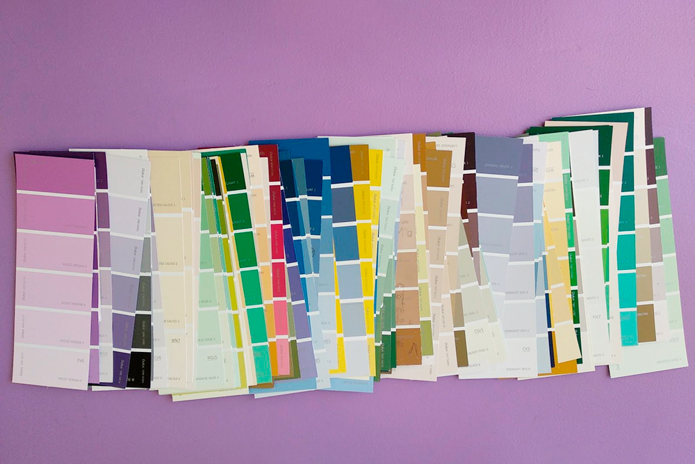 Нужные оттенки цветов и их сочетаемость между собой я подбирала по бумажной палитре, которая осталась у брата после ремонта. Бумажные палитры разных марок можно посмотреть и в местах, где колеруют краску