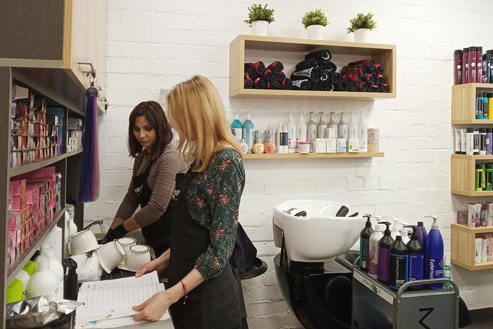 Парикмахеры работают с пятью производителями профессиональной косметики. Есть и премиальная марка, и органическая косметика. Некоторые клиенты чувствительны к уходу, и дляних важно пользоваться одними и теми же средствами. Треть клиентов каждый раз просят «новенькое»