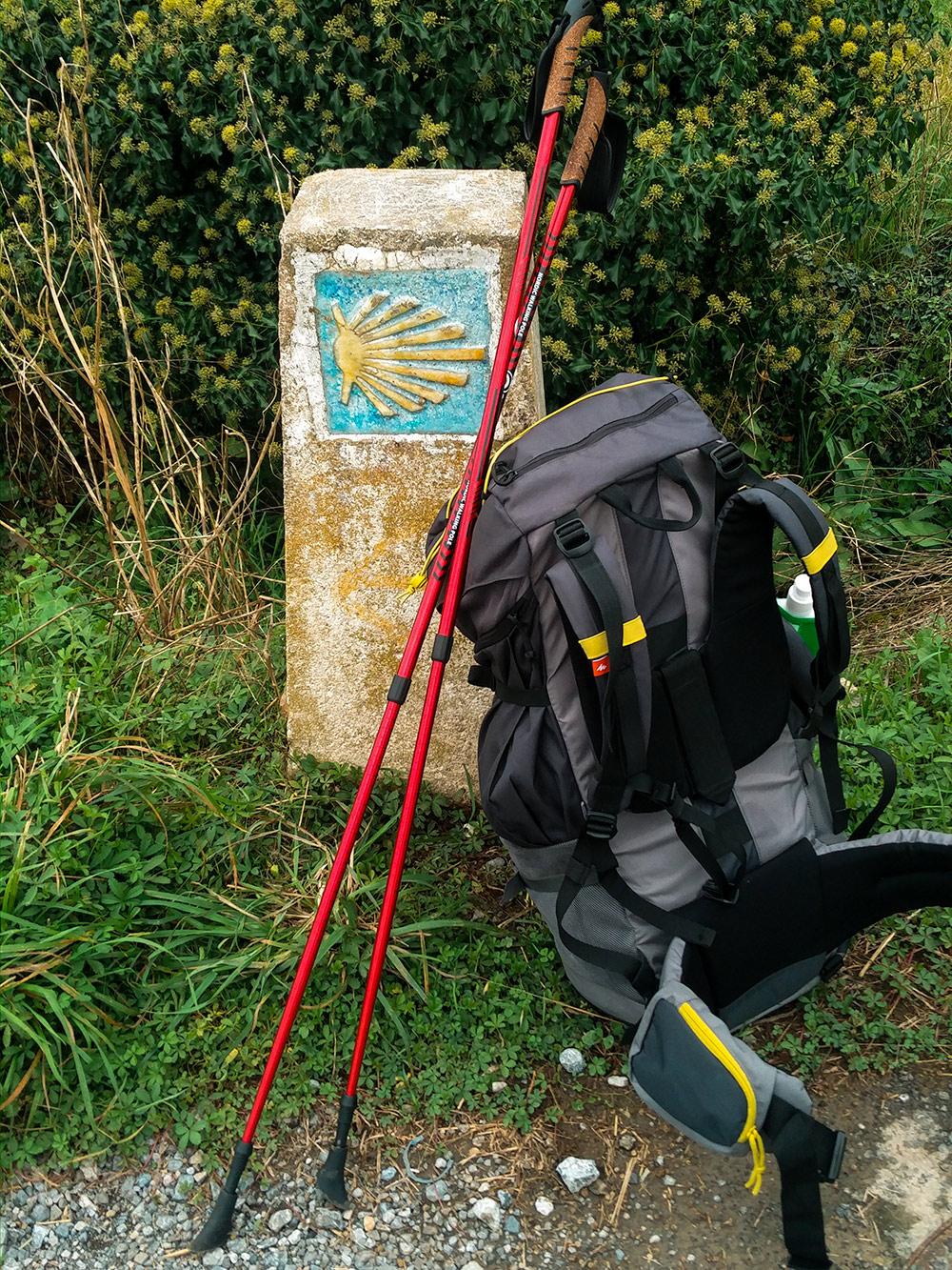 Мой рюкзак и палки, общий вес — около 9 кг