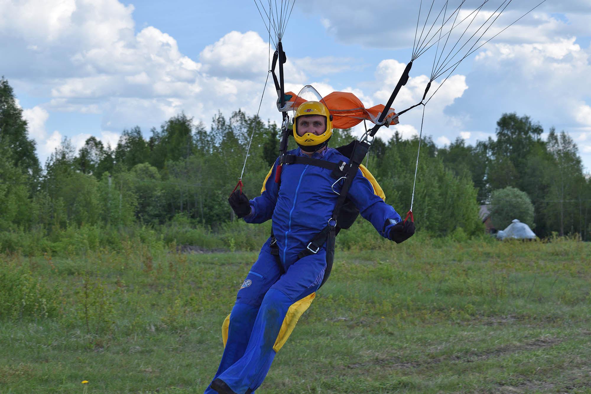На парашютных комбинезонах для групповой акробатики есть захваты — «колбаски» из поролона на плечах и ногах. Обычно они контрастного цвета и хорошо видны товарищам по команде