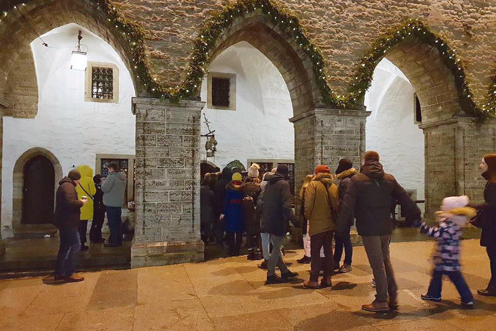 Очередь на новогодних каникулах в таверну «Третий дракон», где можно пообедать за 5€