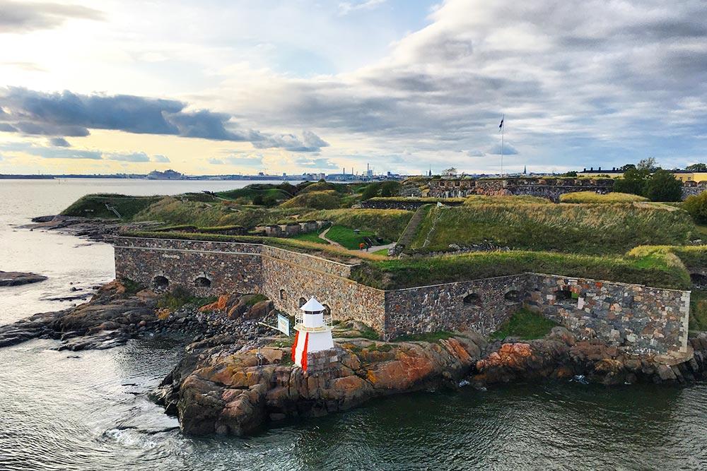 Во время отправления из Хельсинки с парома хорошо видно древнюю крепость Суоменлинна