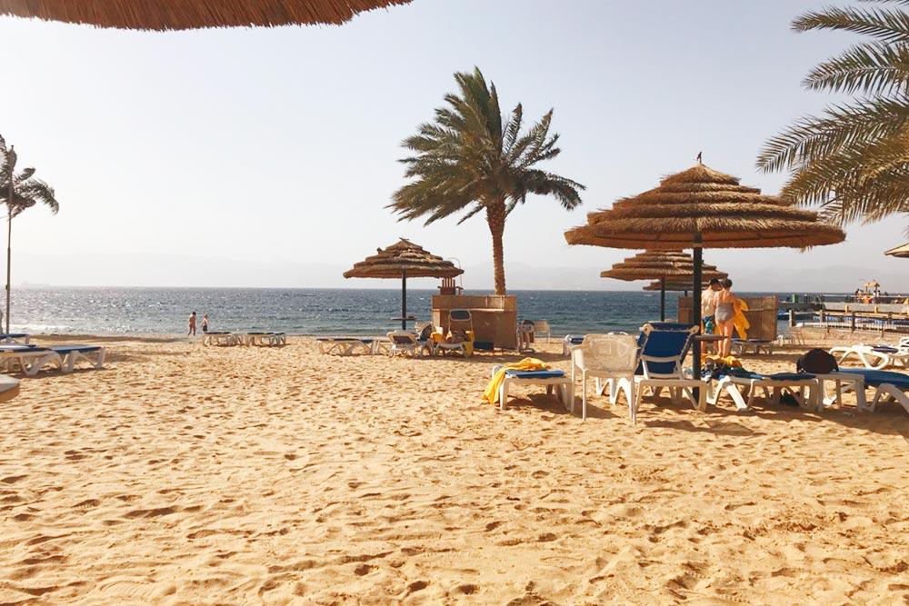 Тала Бей расположен в 14 км к югу от Акабы. Почти все отели построены на первой береговой линии