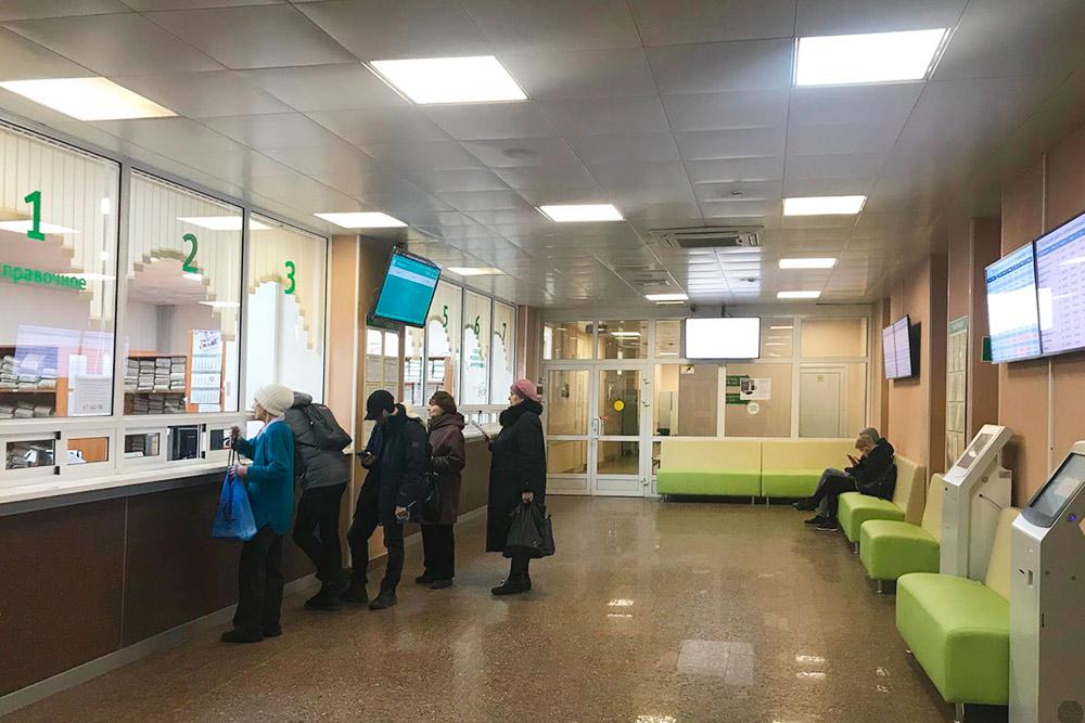 Внутри достаточно просторная и удобная регистратура. Тут стоят терминалы дляэлектронной очереди, расписание приема врачей можно увидеть на мониторах