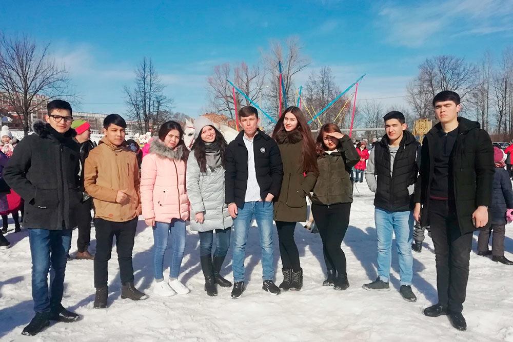 На фото моя жена в окружении студентов из Туркменистана. Она преподает им русский язык как иностранный. Первый год все иностранные студенты учат русский, а после экзаменов выбирают, на каком языке продолжить обучение — русском или английском