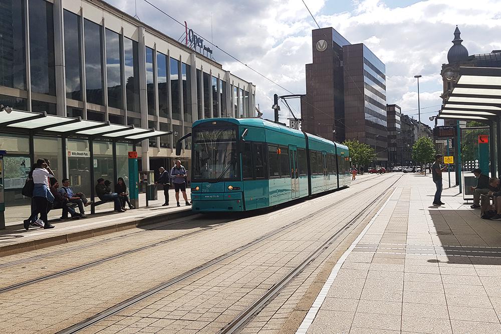 Городской трамвай, низкопольный и бесшумный