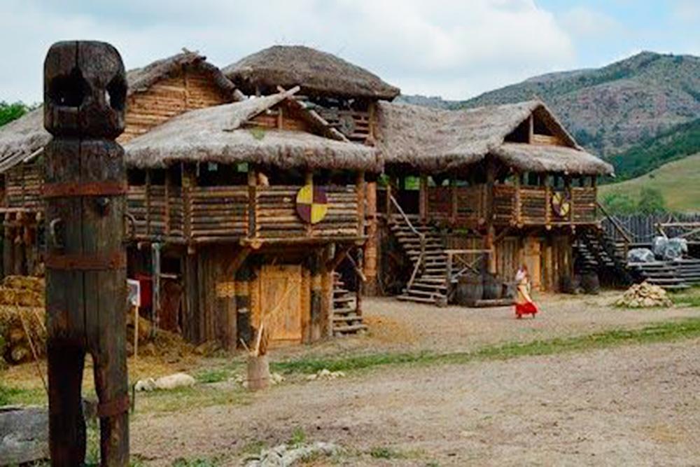 На месте съемок фильма «Викинг» в Крыму создали одноименный кинопарк. Фото: viking-crimea.com