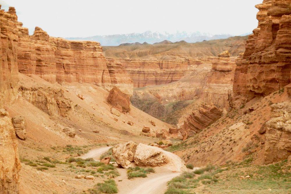 Чарынский каньон выглядит очень величественно, особенно с его дна