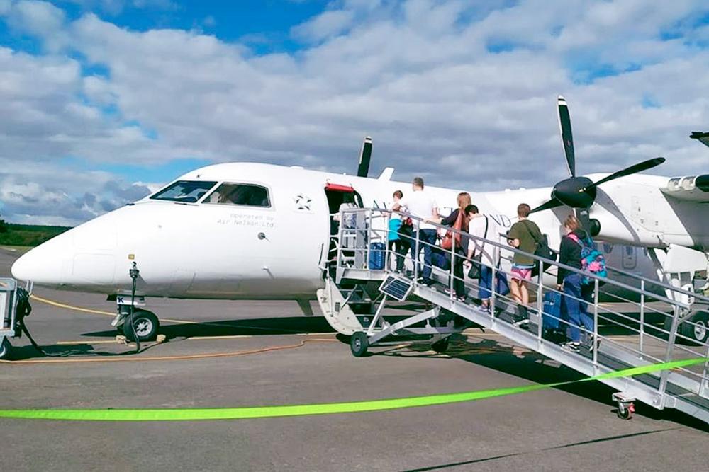 Между островами летают небольшие самолеты