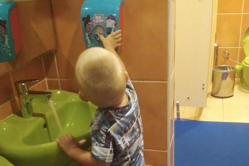 Раковины и краны в туалете на детской площадке устроены так, чтобы ребенок мог помыть руки без помощи взрослых. После этой поездки сын и дома теперь моет руки самостоятельно