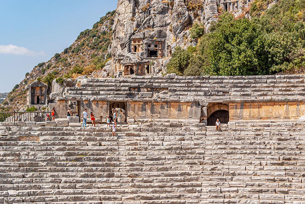 Раз кемпинг был в Демре, мы съездили к развалинам Миры Ликийской. Но там уцелели только скальные гробницы и амфитеатр. И в гробницы туристов не пускали