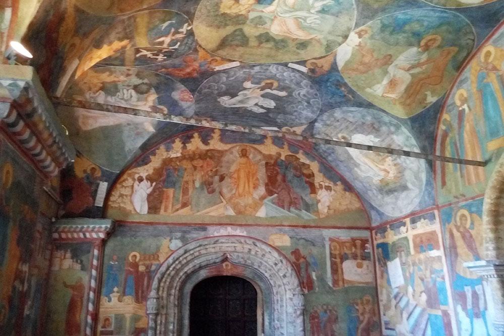 На стенах церкви Ильи Пророка — красивые росписи