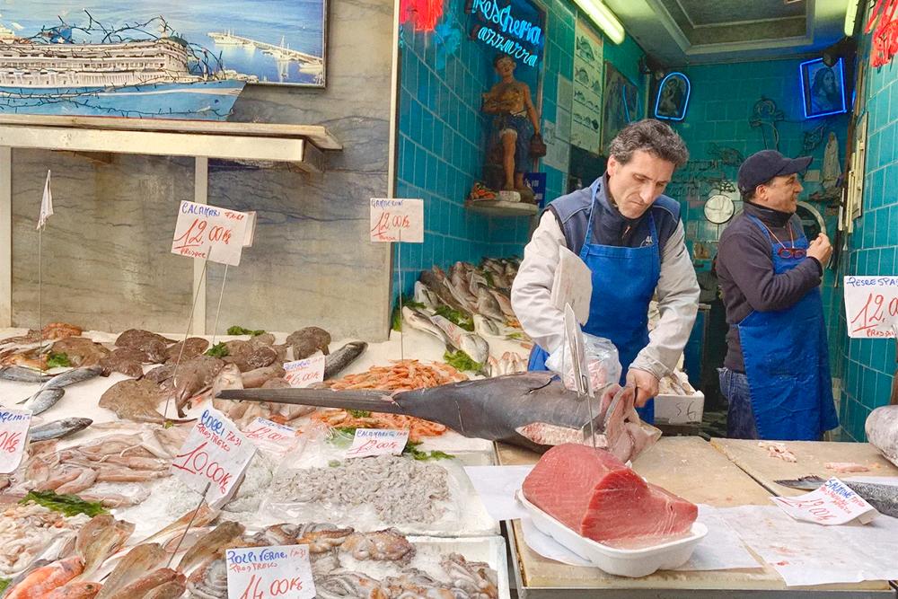 Лавки с морепродуктами часто объединены с кафе, где сразу готовят купленную рыбу
