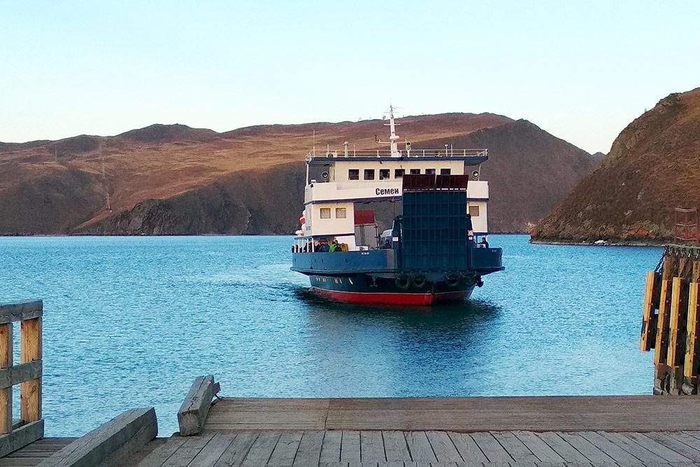 Паром вмещает около 15 машин. До острова он доплывает примерно за 15 минут. У всех паромов есть имена, это, например, «Семен Батагаев»