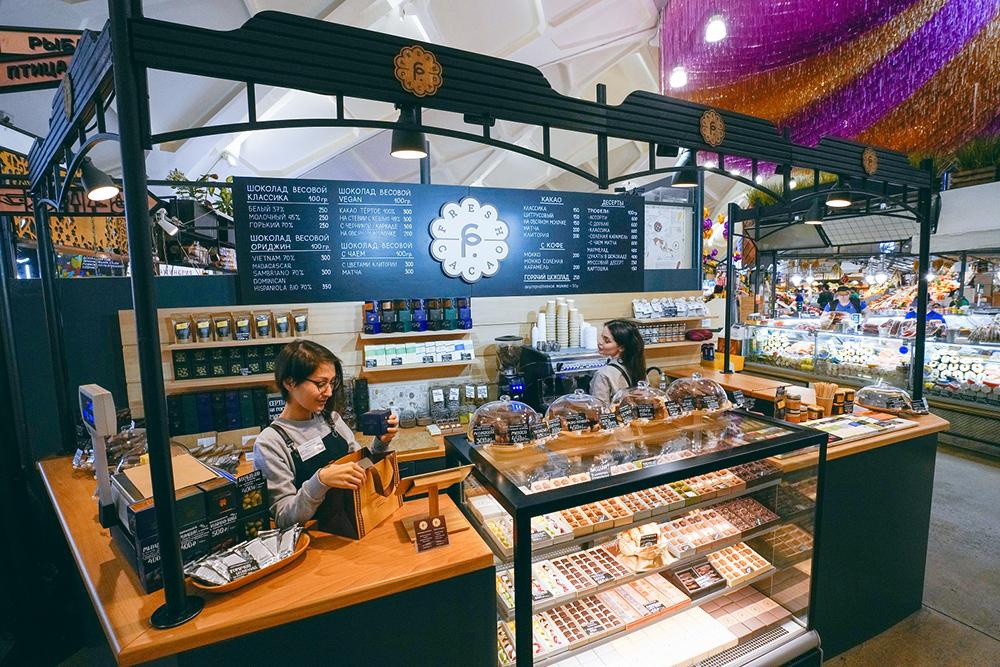 На Даниловском рынке не разрешают продавать классический кофе, поэтому «Фреш Какао» готовит мокко — кофе с шоколадом, а также горячий шоколад и какао