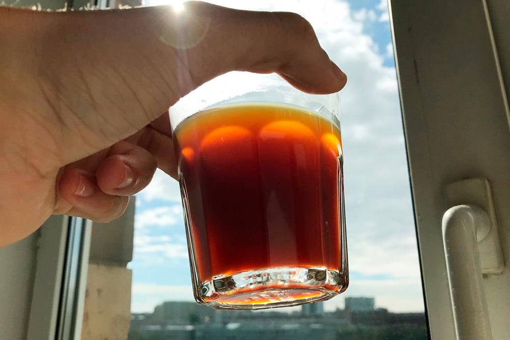 Фильтры аэропресса менее плотные, поэтому в готовый напиток попадают мельчайшие частички кофе. Почувствовать во рту их нельзя, но они делают кофе мутным и более насыщенным