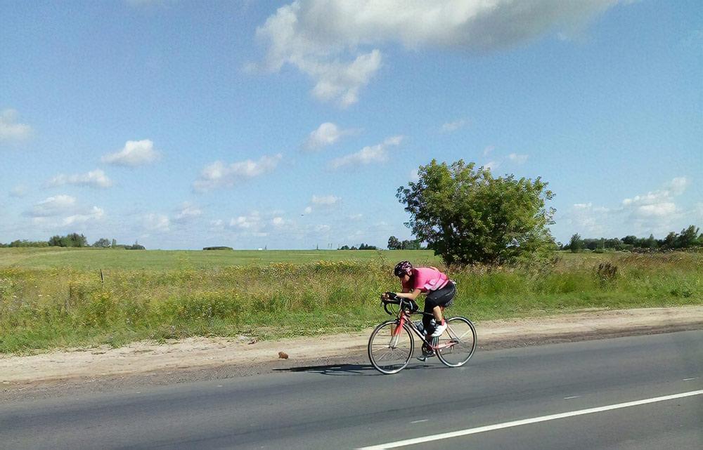 Маша на велоэтапе в лучшей из своих аэродинамичных поз