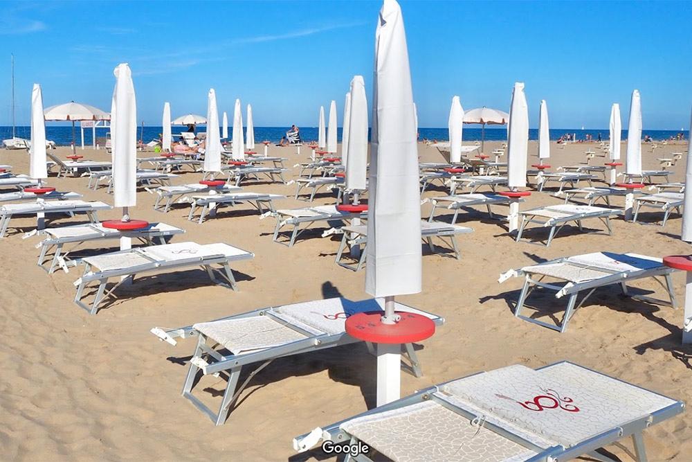 Пляж в Римини с платными лежаками. Пляжи, на которых можно просто лежать на песке, были только на окраине города