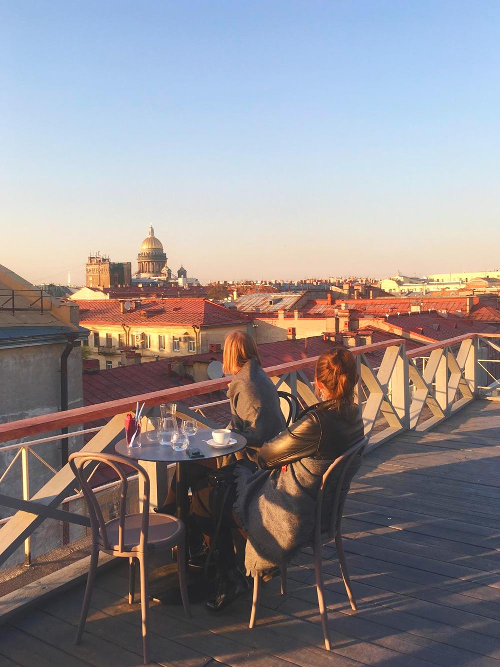 В центре города террасы на крыше с видом в основном принадлежат дорогим ресторанам и отелям, поэтому «Небо и вино» — ценный адрес