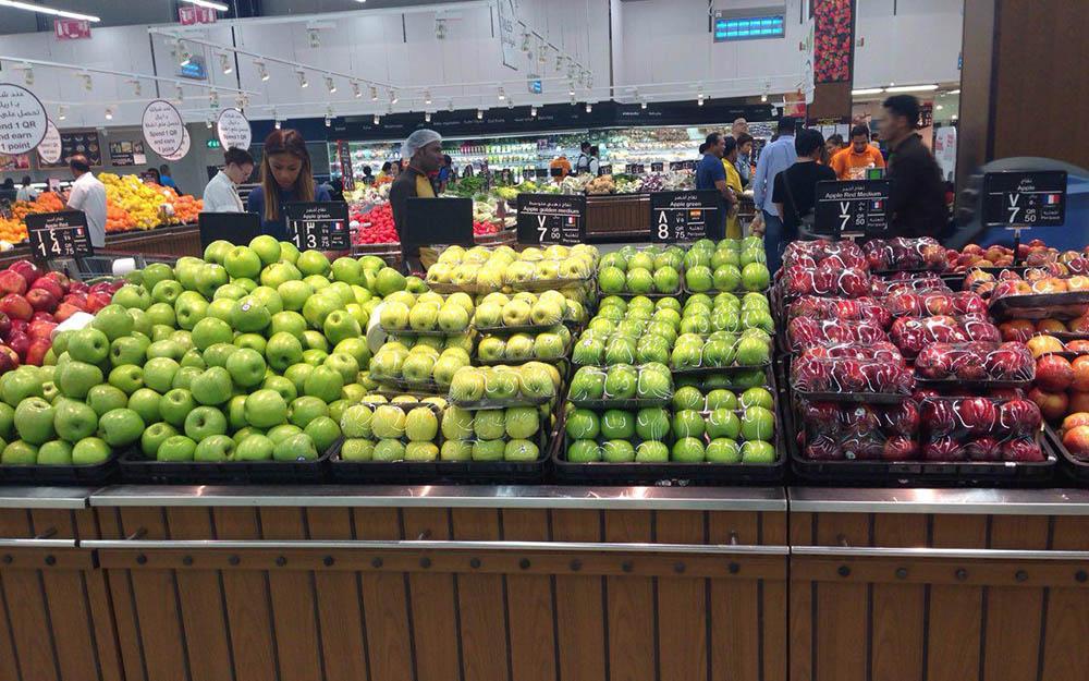 Овощи и фрукты в магазинах всегда свежие — даже в недорогом сегменте вы никогда не найдете залежалых яблок или увядшей зелени. На фото — отдел с фруктами в гипермаркете «Карфур»