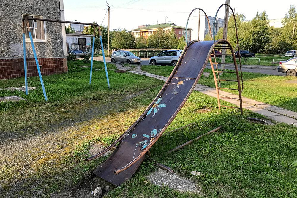 Типичная детская площадка в спальном районе