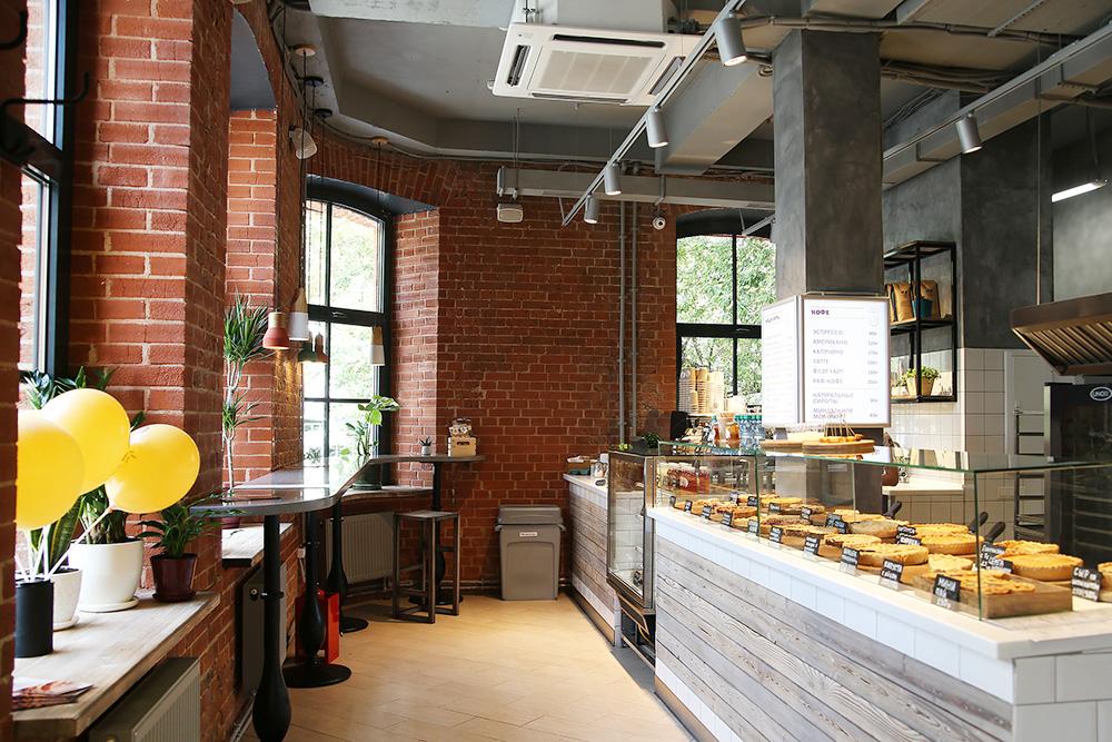 Кафе на «Арме». У кафе отдельный вход, уютный интерьер, большой выбор пирогов, но небольшая посадка и мало посетителей