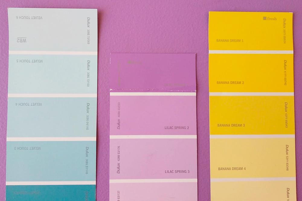 Было удобно, потому что я могла приложить бумажки с цветами друг к другу и к стенам в комнате. Сразу видно, какие оттенки лучше сочетаются, какие из них более холодные или более теплые