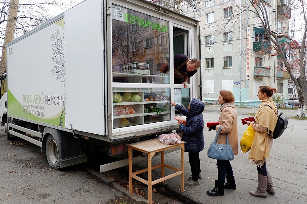 Это в Корсаков приехала автолавка совхоза «Тепличный» — местного производителя овощей. Картофель — 30 рублей за килограмм, кольраби — 30 рублей, морковь — 30 рублей, капуста белокочанная — 18 рублей, лук репчатый — 35 рублей, петрушка, щавель, сельдерей, мята — по45рублей