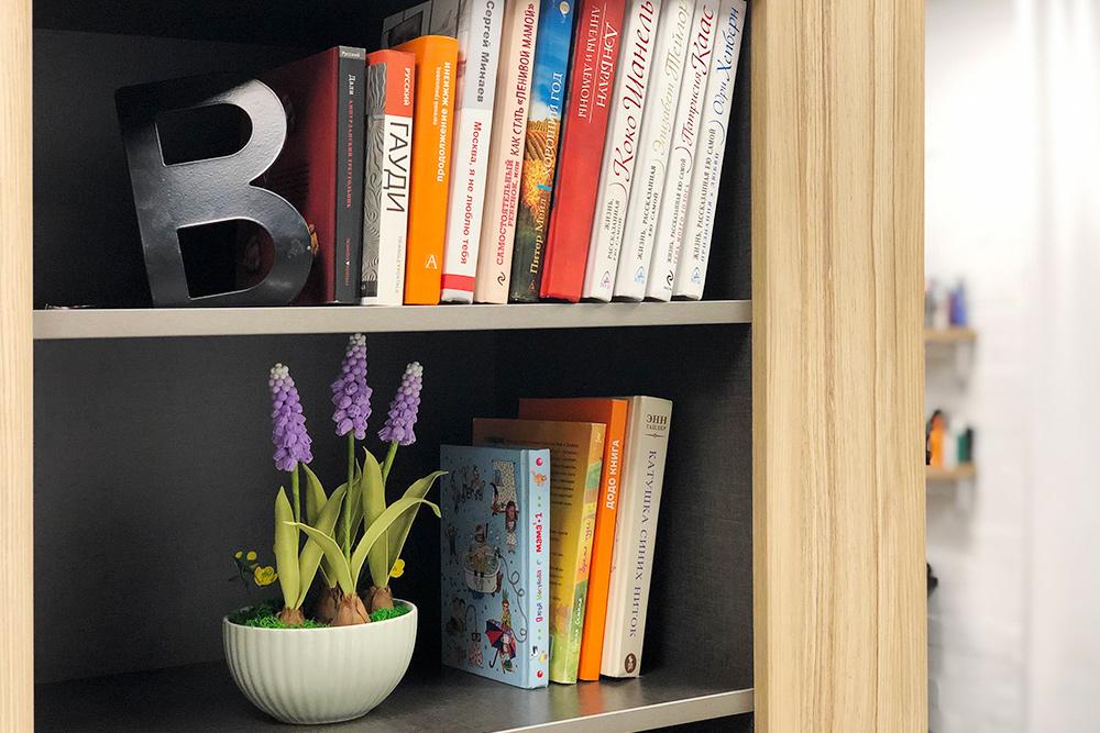 В марте 2019года Юлия организовала мини-библиотеку — причем книги можно брать не только на время посещения студии, а еще и домой. Их выдают бесплатно, но каждого клиента записывают в экселевском файле. Сейчас в библиотеке 20книг — художественные бестселлеры, книги о воспитании детей и психологии