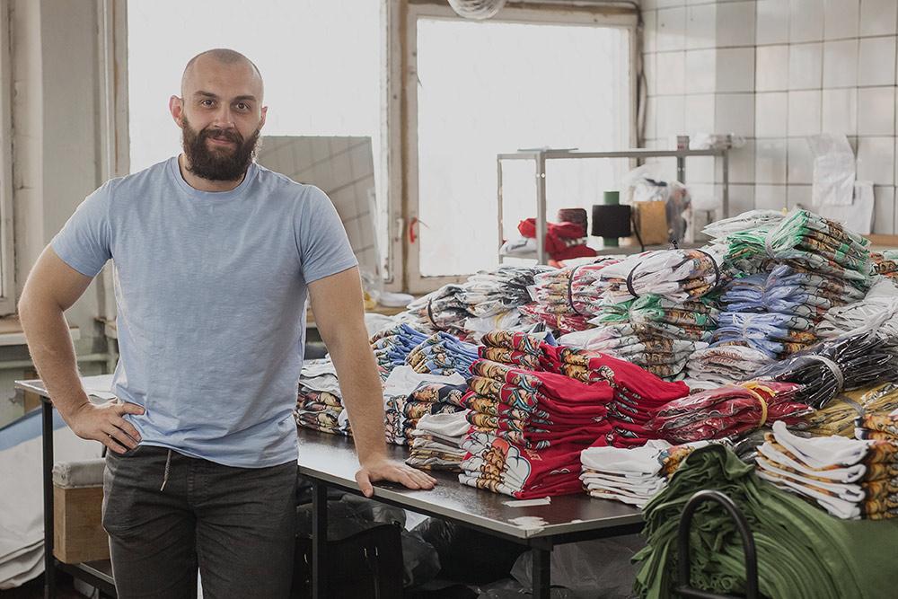 Антон с готовой продукцией. Это футболки для постоянного клиента — компании «Киносклад», которая поставляет оборудование для кинопроизводства