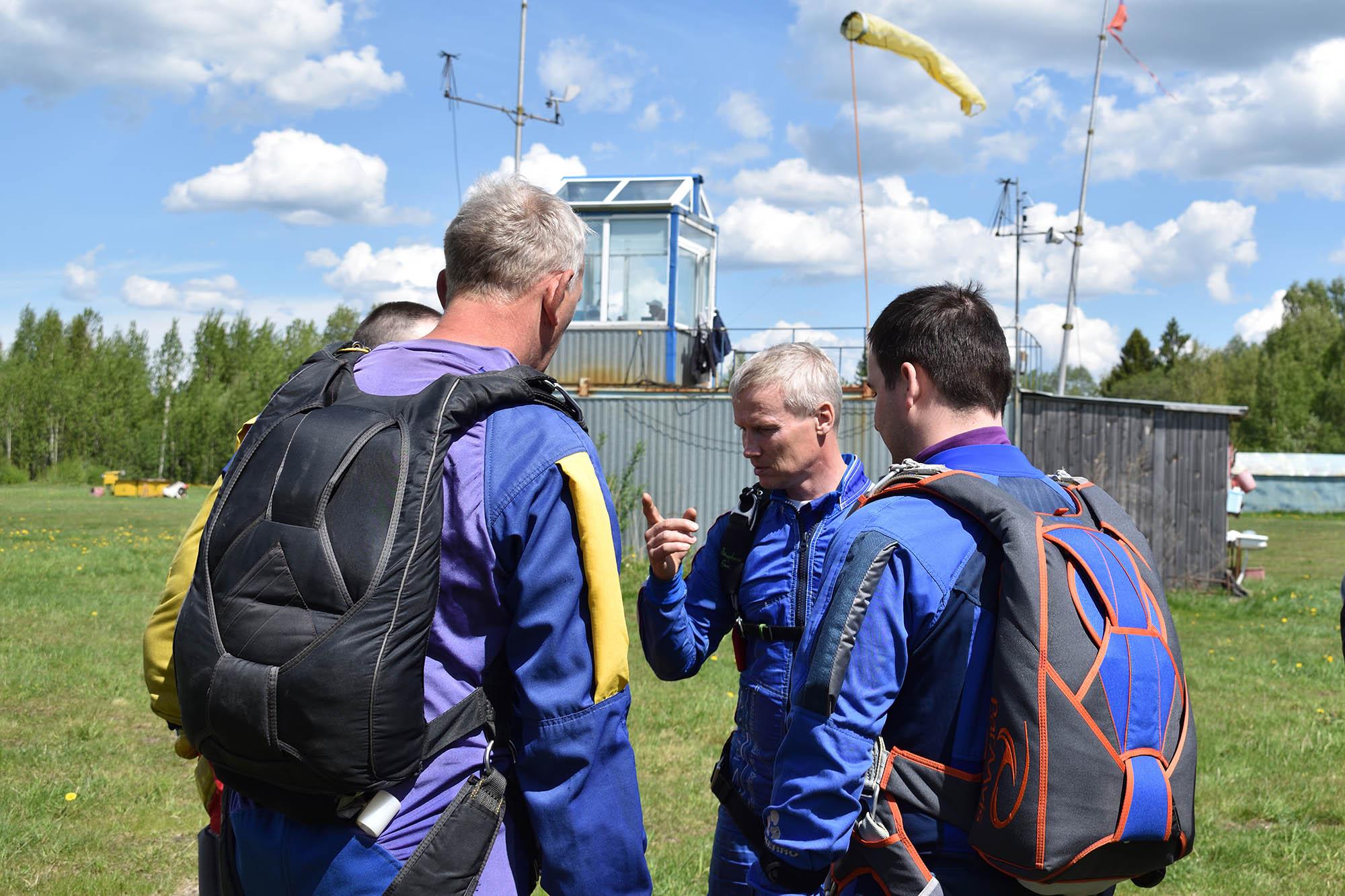 В верхней части ранца уложен запасной парашют, в нижней — основной. На запасном парашюте обязательно стоит страхующий прибор. В течение всего прыжка он измеряет высоту и скорость снижения. Если на высоте 300 метров скорость выше допустимой, прибор раскроет запаску