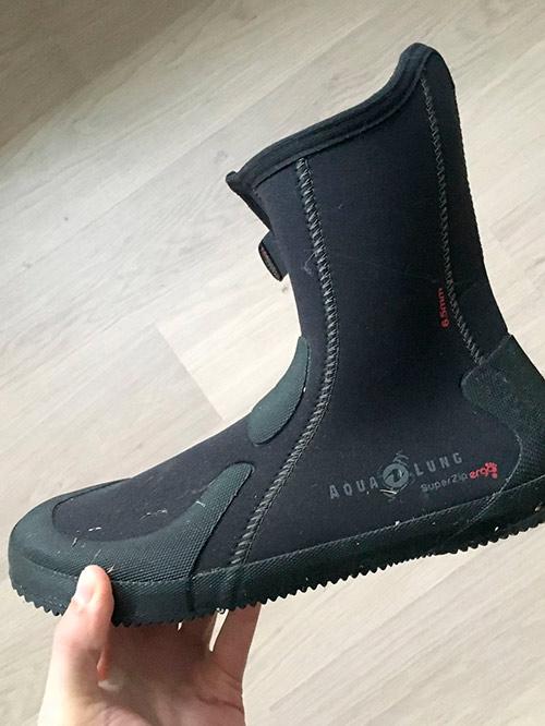 Такие ботинки плотно облегают ноги, а подошва защищает от острых камней. «Акваланг» 6,5 мм стоят 3500 р.