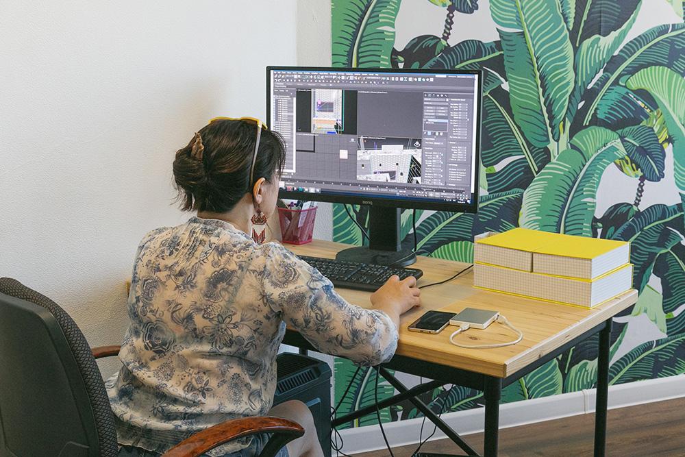 3Д-визуализатор Елена. Раньше она занималась дизайн-проектами, а сейчас участвует в разработке готовых стилей и придумывает новые. На фото она разрабатывает конструктор ремонта длясайта — надним компания работает уже несколько месяцев