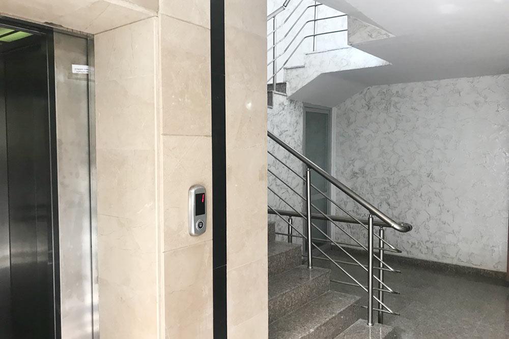 Подъезд нашего дома, лифт работает с помощью специального чипа. Во многих домах лифт платный, нужно опускать в специальный ящик 0,2 GEL (5<span class=ruble>Р</span>), но некоторые компании делают лифты с электронными чипами. Когда приходят гости, мне приходится использовать лайфхак: люди заходят в лифт, звонят мне, а я уже поднимаю лифт на нужный этаж