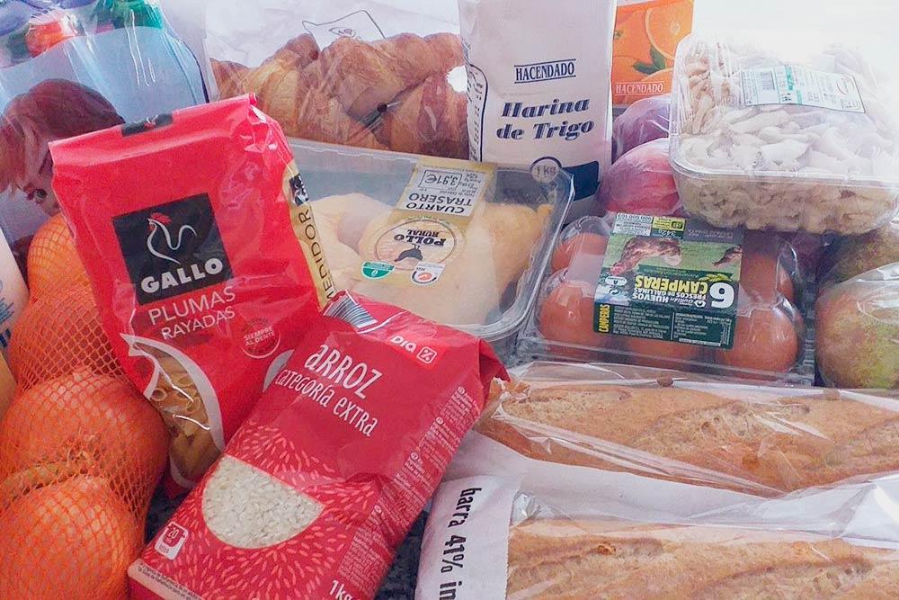 В этом наборе сахар, рис, мука, макароны, хлеб, молоко, яйца, апельсиновый сок, куриные окорочка, грибы, вода, круассаны и немного фруктов. Всего на 19€&nbsp;(1687<span class=ruble>Р</span>)