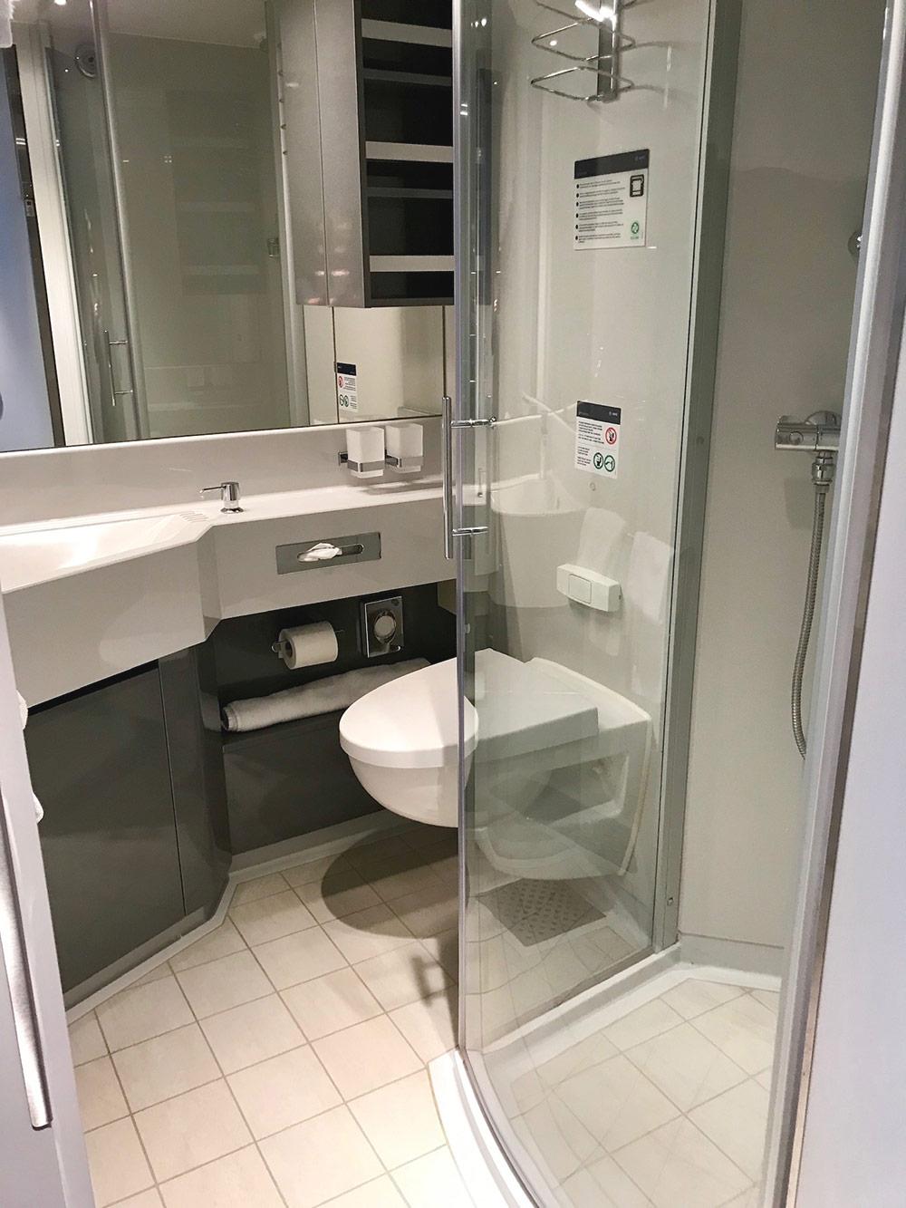 Во всех каютах есть ванная с душевой кабиной. Гель длядуша и шампунь можно с собой не брать. На более дорогих кораблях есть каюты с ванной вместо душа