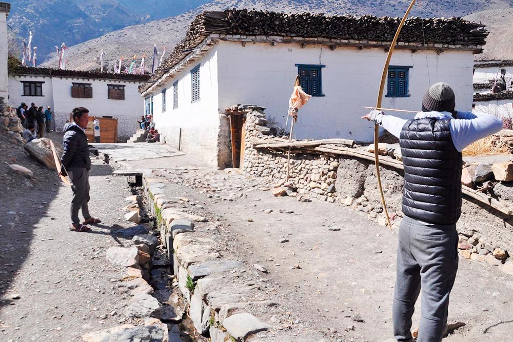 Местные ребята пришли пешком из соседних деревень на ежегодное соревнование лучников